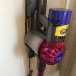 家庭のDIY(ダイソンのコードレス掃除機を石膏ボードの壁に取り付ける)